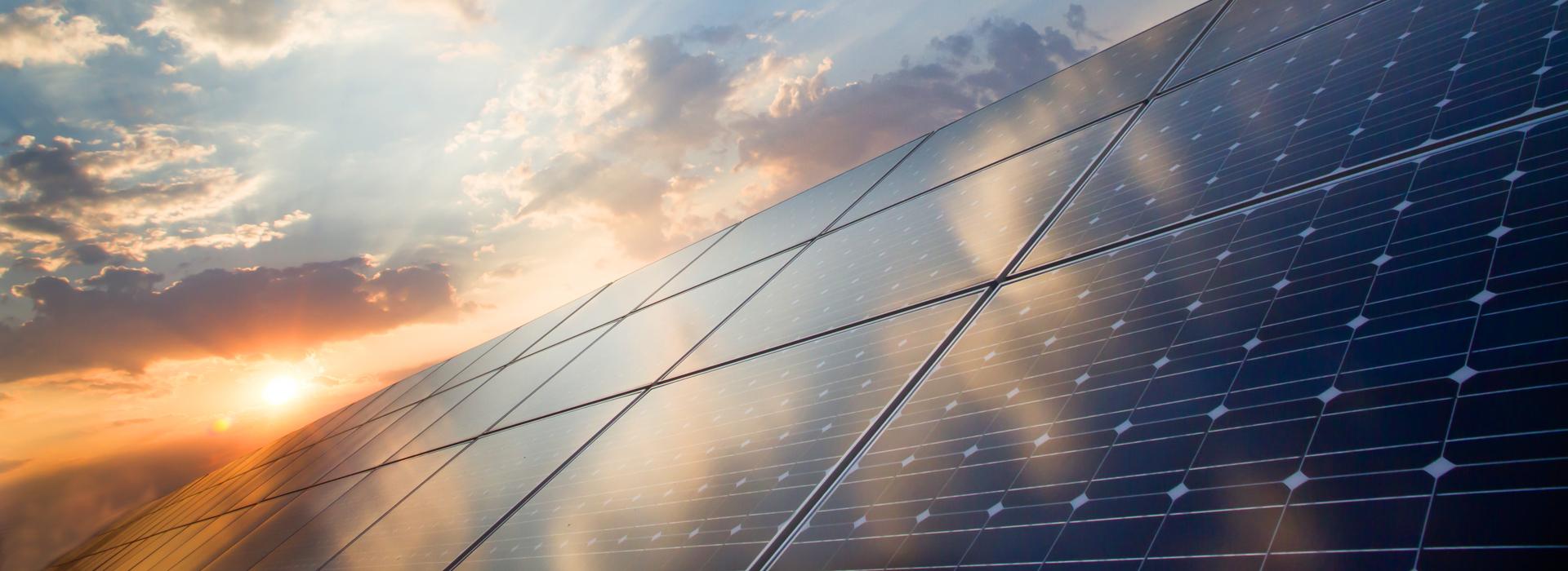 Solarpanels im Sonnenuntergang